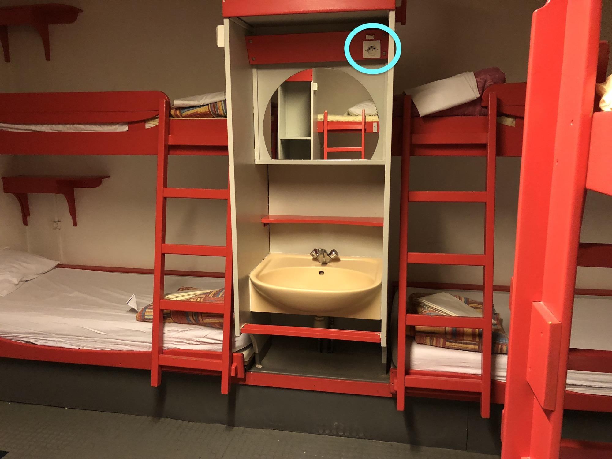 18080312 ホステルの部屋